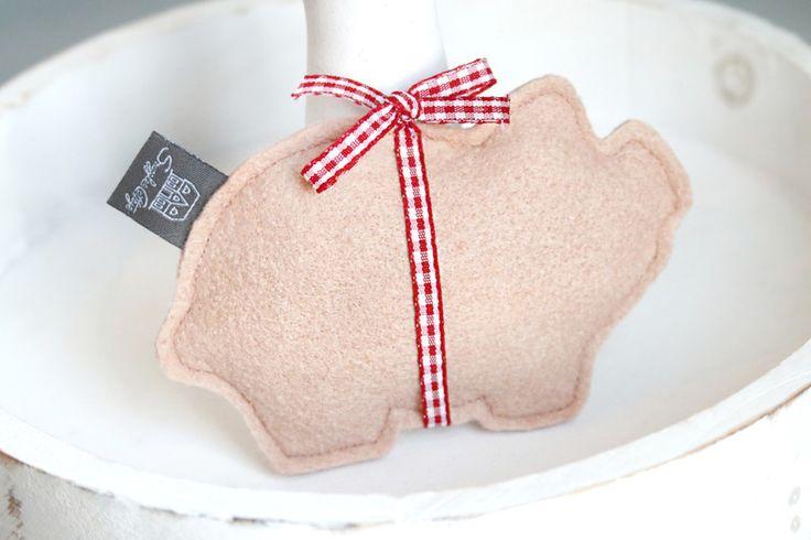 Glücksschweinchen - Öinky Filz Schweinchen Glücksbringer mit Schleife - ein Designerstück von snuggles-cottage bei DaWanda