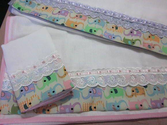 Fralda Ombro com barradinho em tecido 100% algodão, estampado conforme disponibilidade, com bordado inglês e fita de cetim.    Preço por unidade.  Foto ilustrativa.