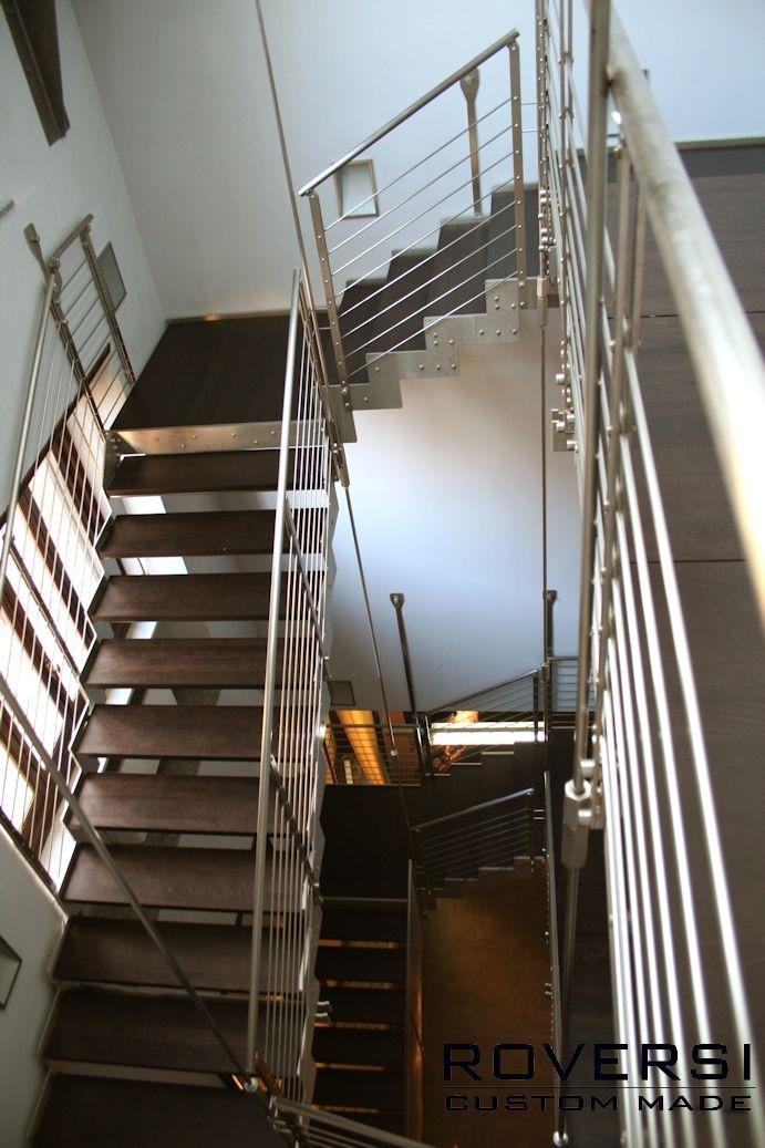 scala in acciaio e legno con tiranti di sospensione