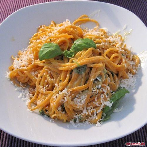 Spaghetti mit Zitronen-Basilikum-Soße nach Jamie Oliver » Parmesan, Spaghetti, Soße, Schüssel, Olivenöl, EL » mjammi - Koch-Blog von Franzi Mälzer und Panagiotis Chatzichrisafis