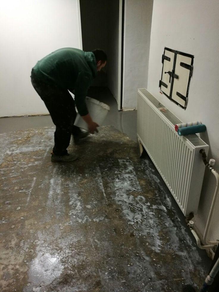 NIvelizácia podlahy v historickom objekte. Podlaha nie je hydroizolovaná voči vzlínajúcej vlhkosti. Na vopred pripravený podklad sa aplikuje nivelizačná hmota.  #art4you #artpodlahy #nivelizáciapodlahy