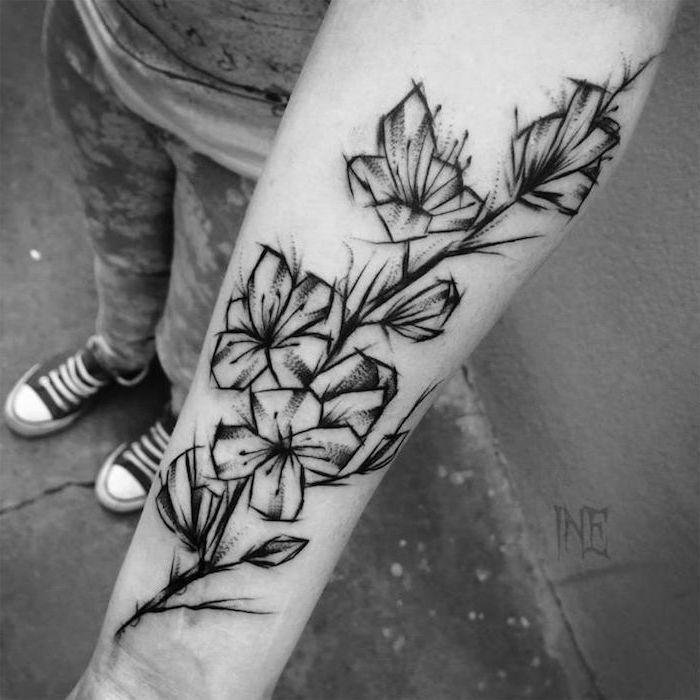 tattoo bedeutung, abstrakte tätowierung in schwarz und grau am unterarm #tattoos