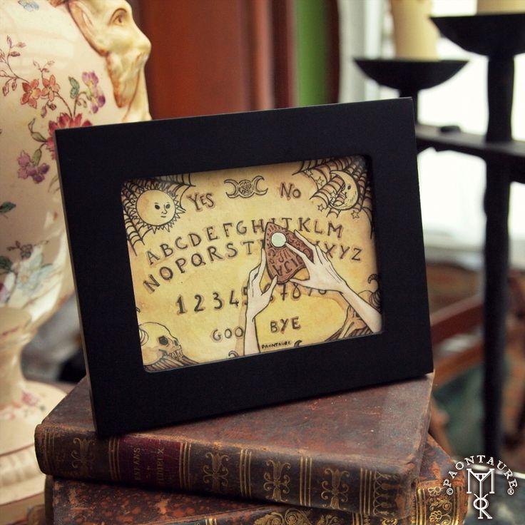 Mini planche de Ouija en aquarelle. En parlant de ça, vous avez vu les dernières pochettes brodées chez @coffin_rock_creations ? 🔮 🆖 Mini Ouija board (watercolor). If you like Ouija art, you'll probably enjoy the embroidered pouches by @coffin_rock_creations #paontaure #watercolor #fantasyart #witches #ritual #Ouija #witchcraft #planchette #ghostwriter #spiritualism #art