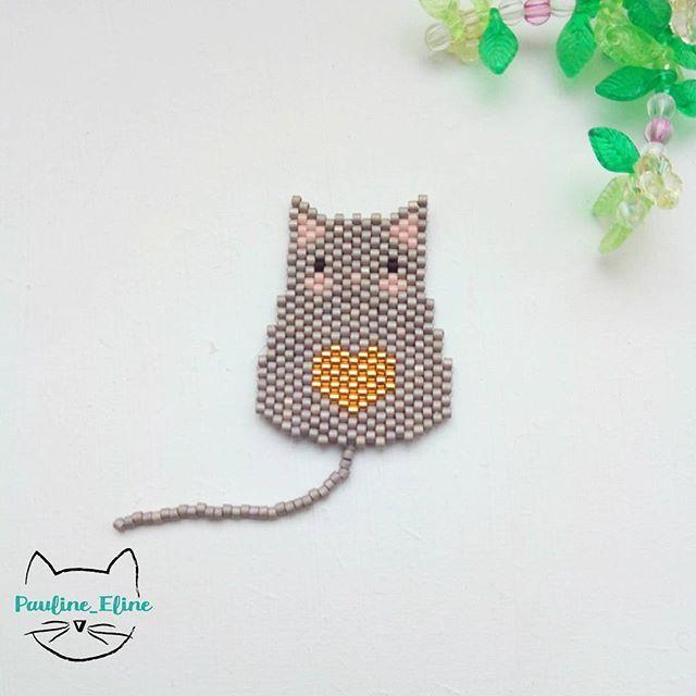 Aujourd'hui, je retourne à mes classiques... Un petit chat avec un coeur.... Je vous souhaite un bon lundi férié, profitez en bien! #jenfiledesperlesetjassume #miyukibeads #miyuki #perle #perleaddict #chat #cat #coeur #heart #brickstitch #motifpauline_eline
