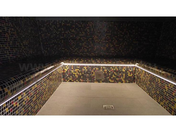 Gőzkabin világítás.  A barna-arany mozaikkockákkal kirakott gőzkamra relaxáló környezetet teremt a sejtelmes LED szalag fényben!