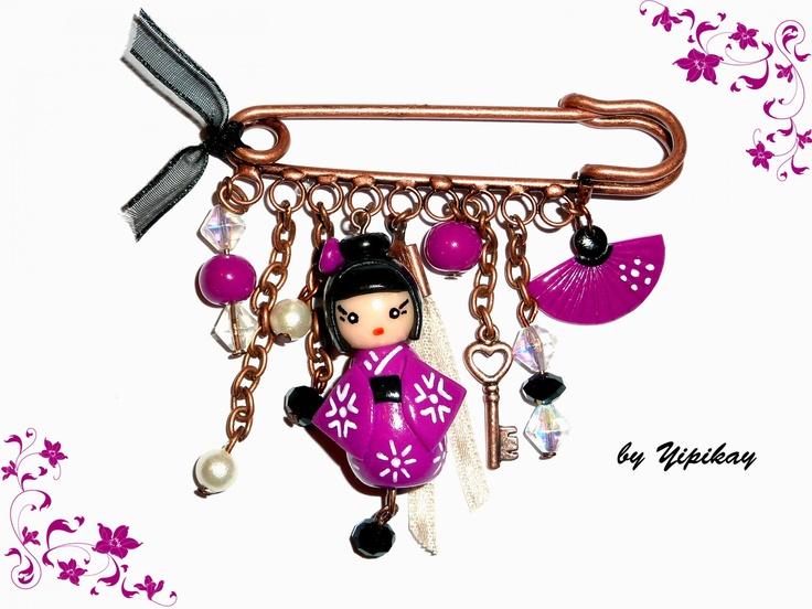 Broche poupée kokeshi  http://www.creactivites.com/accessoires-fimo/2197-broche-avec-epingle-de-surete-3-yeux-52-x-14-mm.html