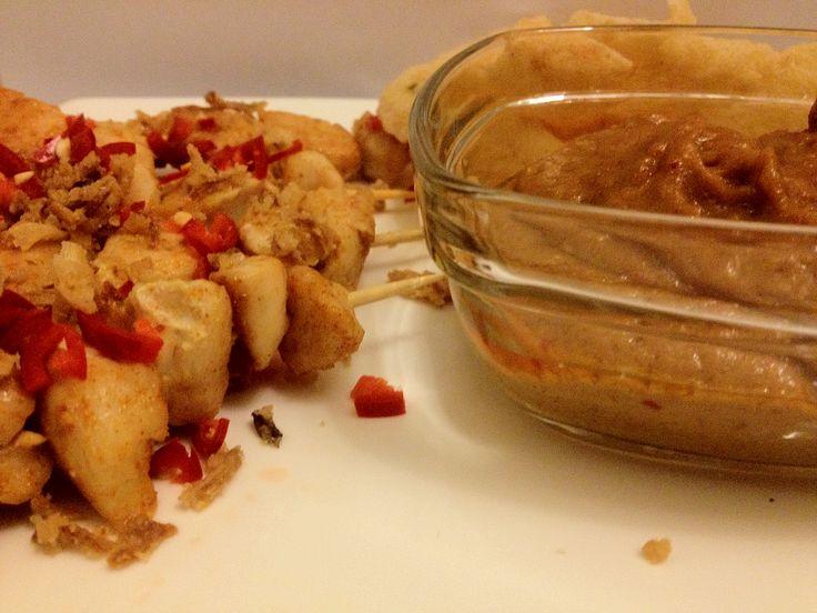 Heel eenvoudig maar erg lekker met wat kroepoek, gebakken uitjes en een rood pepertje. Dit simpele maar lekkere gerecht is ingezonden door Sabine. Benodigdheden: 1 rood pepertje Gebakken uitjes Kipstukjes 250 ml (kokos)Melk 1 scheutje ketjap manis 2 theelepels sambal 3 eetlepels pindakaas Bereidingswijze: Begin met het kruiden van de stukjes kip, doe dit met...Lees Meer »