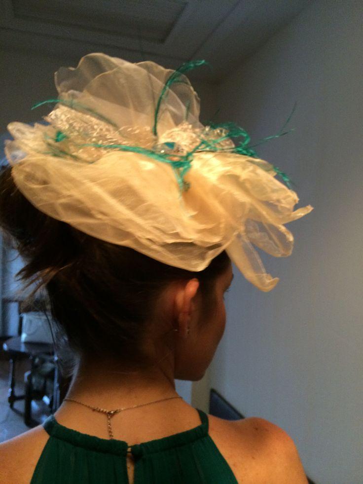 Sencillo tocado plumas y tull. Tocados Chic by Inma Segovia