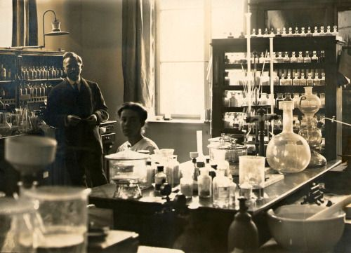 Laboratoire pharmaceutique, vers 1910.
