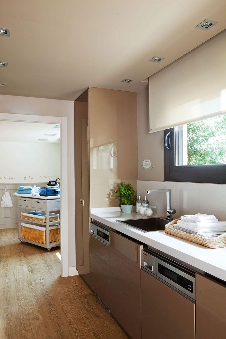 Cocina con cuarto de plancha contiguo