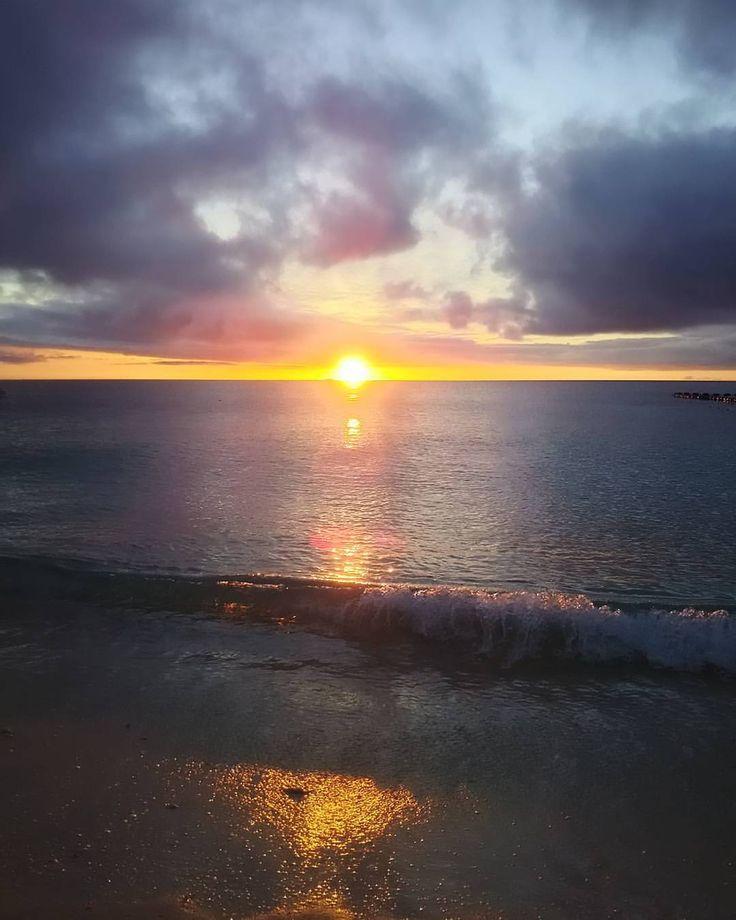 いいね!77件、コメント1件 ― ホテルムーンビーチさん(@hotelmoonbeach)のInstagramアカウント: 「お昼すごく天気が良かったのですが、夕方まさかの曇天。 明日晴れることを願い過去画から一枚。 #沖縄 #サンセット #リゾートホテル #ムーンビーチ #恩納村 #okinawa #sunset…」