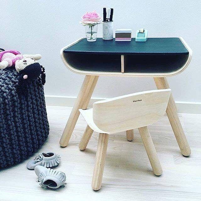 Bæredygtigt træbord med tavlelak, så de små kan tegne med kridt :-) Fra PlanToys - Køb på Filur.dk