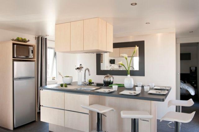 îlot de cuisine avec un évier et de tiroirs de rangements