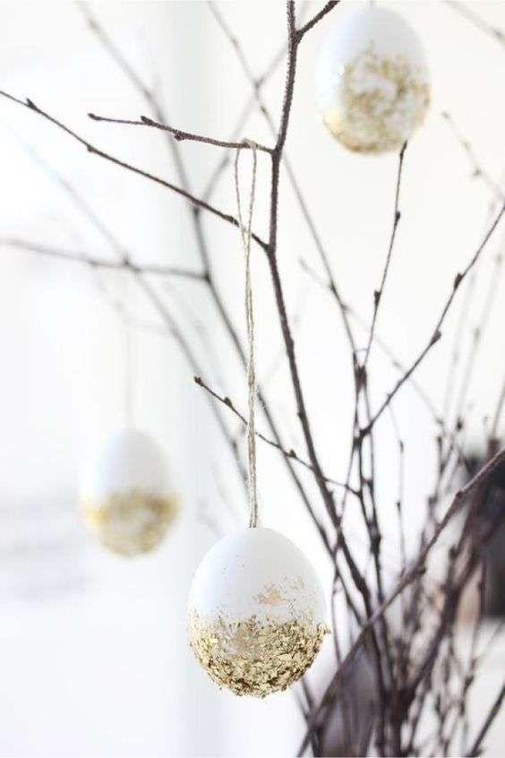 Decorazioni pasquali in bianco - Uova bianche e oro Easter decorations in white - White and gold eggs