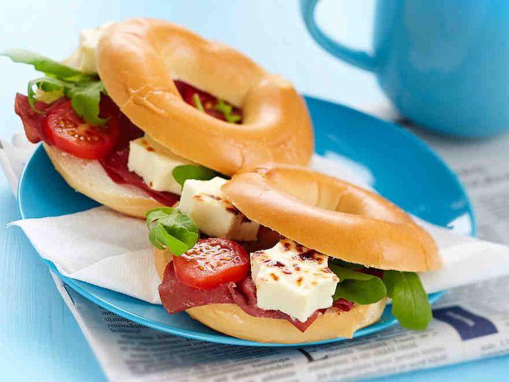 Valmiista vesirinkeleistä saat helposti bagel-tyyppisiä herkkuja aamupalalle tai evääksi. Täytä vesirinkelit juustolla, kasviksilla ja vaikkapa leikkeleillä.