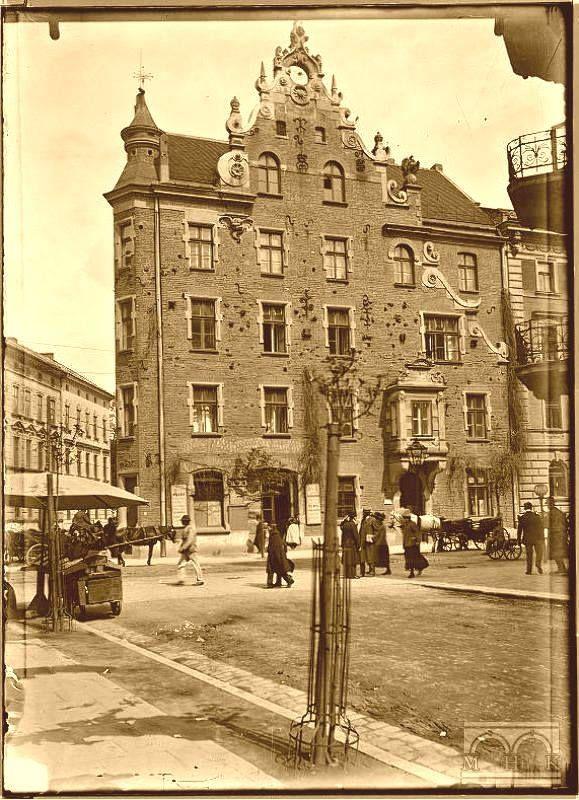 """Kamienica własna Teodora Talowskiego (1857-1910) - """"Pod Pająkiem"""", z ulicy Karmelickiej 35 w ujęciu z lat 20-tych zeszłego wieku (MHK)"""