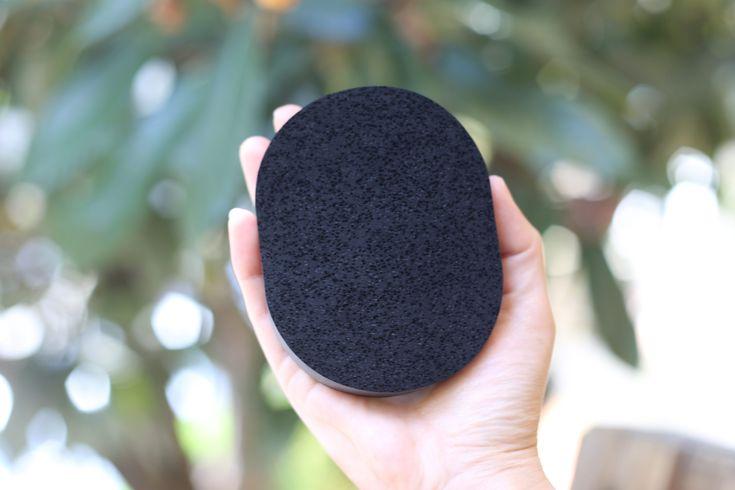 A esponja de carvão de bambu limpa e esfolia a pele, diminuindo o tamanho dos poros, além de melhorar a aparência da acne, deixando a pele macia e radiante. O carvão de bambu ativado é ideal para peles mistas e oleosas e limpa profundamente removendo impurezas e células mortas.  Modo de usar: Molhe a esponja, se estiver dura, espere uns minutos até que fique macia. Passe no rosto em movimentos circulares e enxague.  Recomendamos usar a esponja de 1 a 3 vezes ( o ideal é sentir a necessidade…