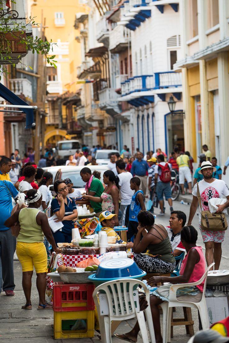 La vida está en la calle. Un conglomerado de vendedores ambulantes, paseantes, turistas, carruajes; gente que sencillamente se sienta a observar.