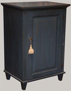 Verona-komuutti lev. 66 cm syv. 48 ja kork. 96 cm, antiikkikäsitelty sininen. Kaapin sisällä on ylhäällä laatikko ja siirrettävä hylly.