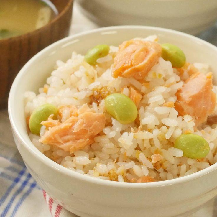 「鮭と枝豆の炊き込みご飯」のレシピと作り方を動画でご紹介します。旬の枝豆と塩鮭のおいしさを閉じ込めた炊き込みご飯です。鮭は冷めてもふっくらとおいしく、枝豆の食感も楽しいアクセントに♪しょうがを効かせて、香り豊かに仕上げました。
