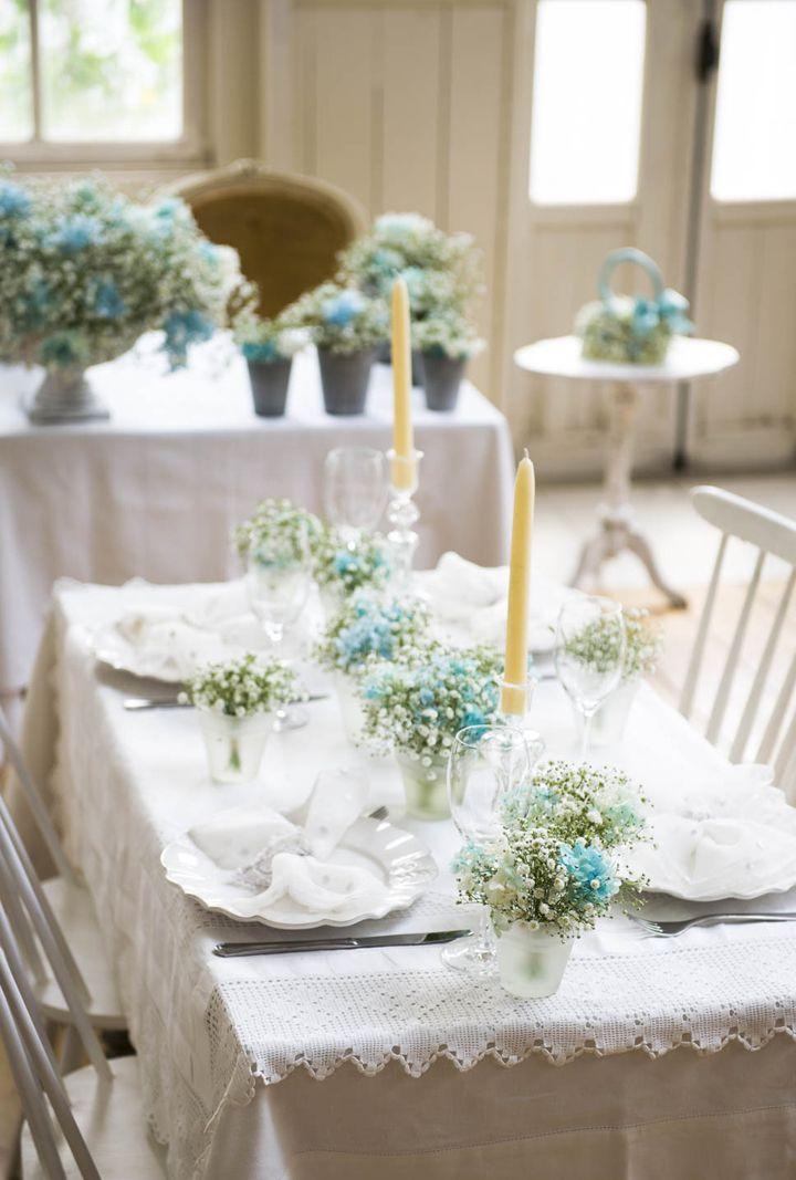 カスミソウにブルーのアジサイをプラスして清涼感溢れるテイストに仕上げた装花。メインテーブルは大きなアレンジメントを中心に小さなアレンジメントをプラスして華やかに。ゲスト卓は小さめのフロストの花器を使ったミニアレンジをバランスよく配して、カスミソウの愛らしさを消さないデザインに♪