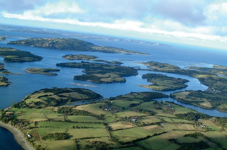 Isla grande de Chiloé, rodeada por otras pequeñas Islas.