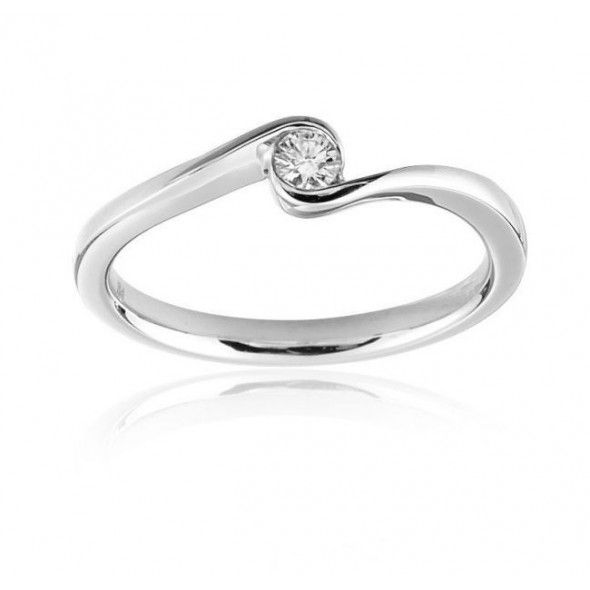 Solitario en oro de primera ley de 18 quilates modelo YEMEN, un anillo de diseño sencillo con una montura fina y elegante. Por el tamaño de su diamante se configura como un regalo para cumpleaños perfecto, detalle especial o como regalo para San Valentín, como joya para uso diario.