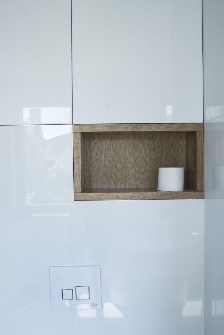 Dębowa półka oraz szafki z płyty mdf na wysoki połysk