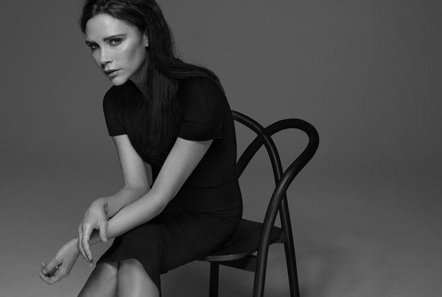 Victoria Beckham wewspółpracy zEstée Lauder wprowadziła narynek limitowaną edycję kosmetyków. Nowa linia zapewnia elegancki, minimalistyczny, pozornie zrobiony odniechcenia makijaż. Królują mre wykończenia imetaliczne odcienie.  Kosmetyczne aspiracje Victorii Beckham Angielska celebrytka powiększa swoje imperium. Niekwestionowana ikona mody iodnosząca sukcesy projektantka postanowiła spróbować swych sił narynku produktów domakijażu. Śledząc historię domów mody …