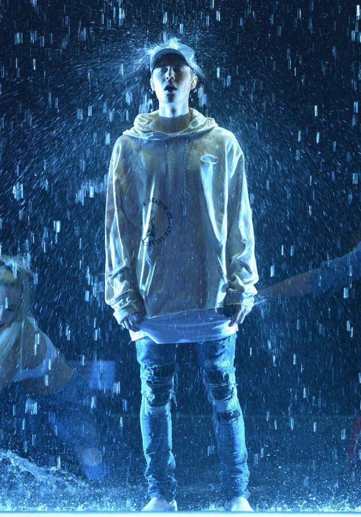 Justin Bieber Has a Kinda Weird, Kinda Cool Wet Sweatshirt Contest at the AMAs