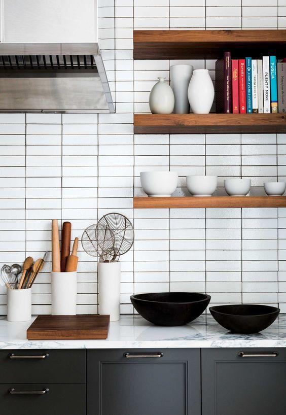 Полки на кухню: смарт-организация кухонного пространства и 75 решений, в которых все на своих местах http://happymodern.ru/polki-na-kuxnyu-foto/ Самое простое и удачное решение для полок своими руками - использование деревянных досок