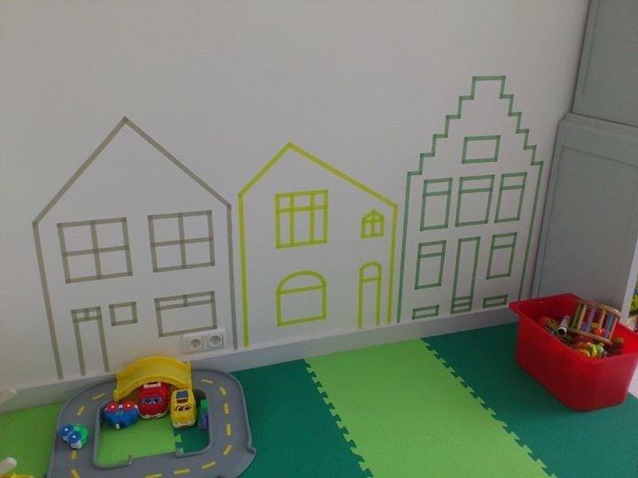 Met maskingtape heb ik de speelhoek van onze zoon opgefleurd. Het middelste huis, is ons eigen huis.