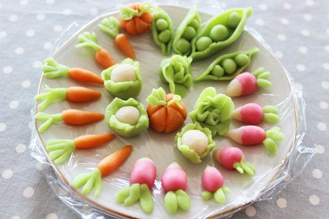 Delight your kids with a miniature vegetable garden out of marzipan, a kind of candy, which you can use to decorate a fun and delicious garden cake for Easter
