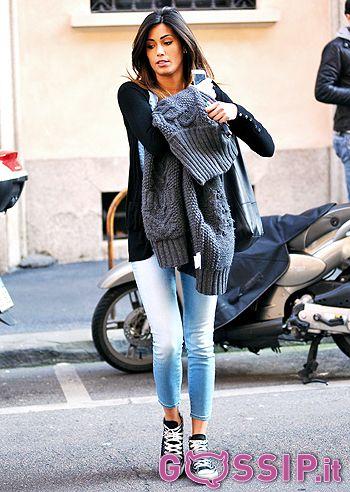 federica_nargi_jeans_skinny_con_straccali_cappotto_di_lana_cotta_slacciato_e_sneakers_dbca.jpg (350×492)