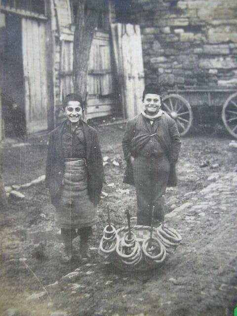"""""""Simit"""" ne zamandan beri bizimle? F: Simitçi çocukların gülümseyen yüzleri (1910'lar) #istanlook"""