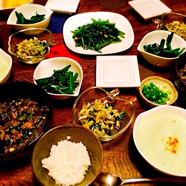 ツルムラサキやらオクラやらネギやら茄子やらニラなど沢山野菜が採れたので採れた野菜で色々作りました。 - 17件のもぐもぐ - 麻婆茄子とローフードのモロヘイヤスープとニラと海苔のナムルとツルムラサキとオクラと茗荷のお浸しと空芯菜とニラの青菜炒めと納豆とご飯 by toki69