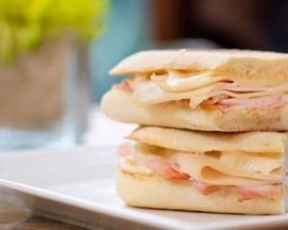 Panini classique au jambon et emmental allégés : http://www.fourchette-et-bikini.fr/recettes/recettes-minceur/panini-classique-au-jambon-et-emmental-alleges.html