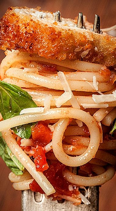 Chicken Parmesan Spaghetti ~ This classic spaghetti marinara recipe becomes a complete meal thanks to strips of breaded and pan-fried chicken breasts.