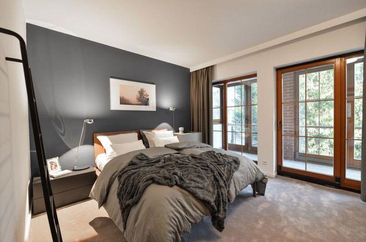 Ložnice s komfortním kobercem ve světle šedé barvě, realizace BOCA Praha. / Bedroom with the comfort carpet in light grey color.