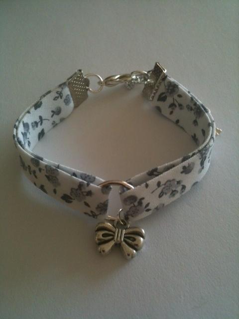 Bracelet Liberty blanc et gris breloque noeud