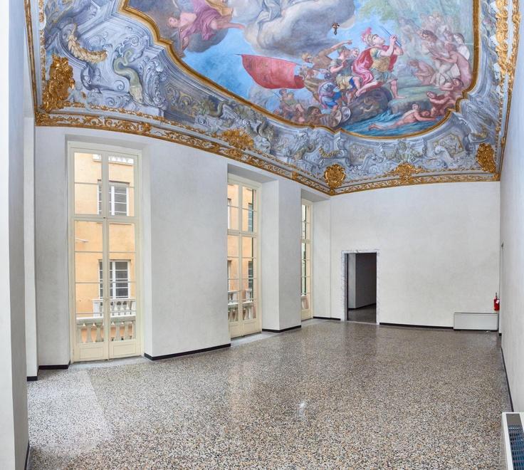 Situato al 4° piano, il piano Nobile è caratterizzato da finiture di pregio che risalgono all'epoca storica del palazzo, come gli affreschi, le decorazioni a stucco dorate risalenti al XVII secolo e i pavimenti in graniglia alla genovese.  L'ufficio di circa 220 mq è stato completamente ristrutturato ed è composto da  tre ampi saloni voltati molto luminosi con soffitti affrescati e due bagni.