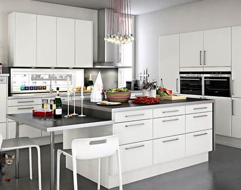 Vita kök med köksluckor, köksö och sittplats - Blenda