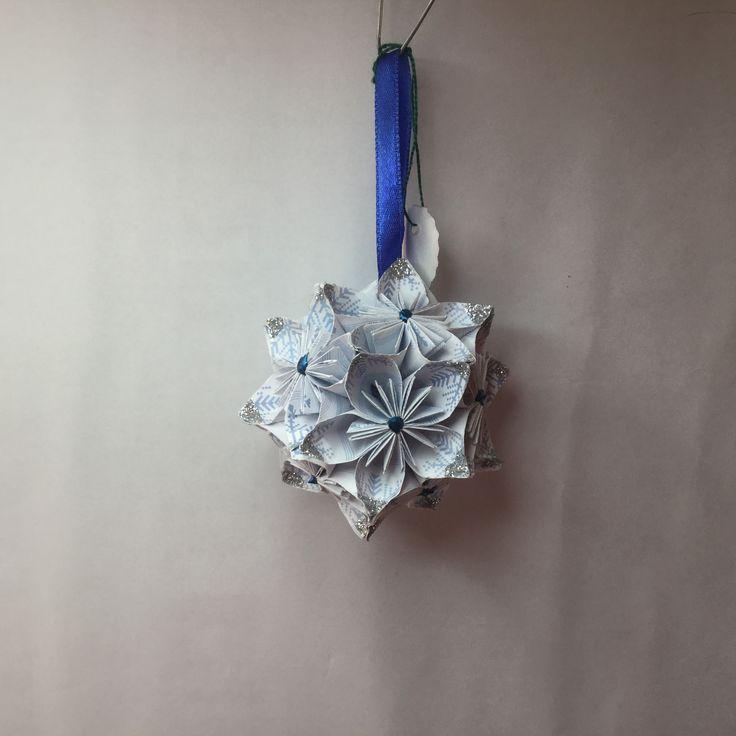 KO21 White with blue snowflakes ..7cm sq.