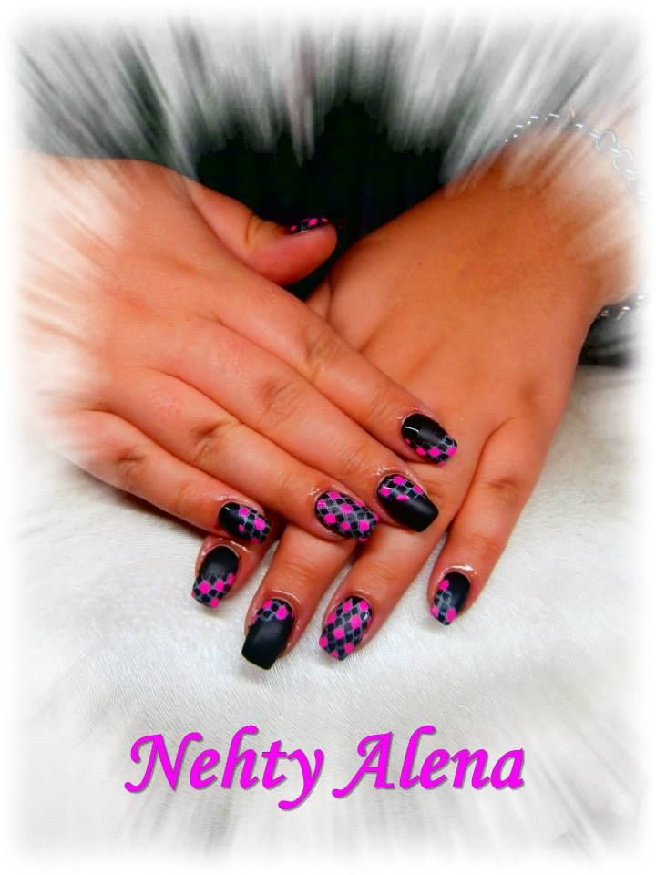 Nail design matt black and pink