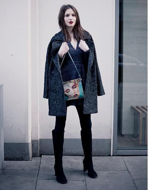 Максимально короткое мини-платье, пальто, очень похожее на пиджак случайного поклонника, высокие сапоги и абсолютно непрозрачные плотные черные колготки. И, конечно же, красная помада.