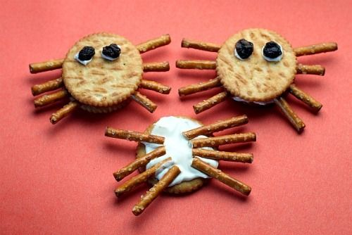 Google Image Result for http://lajollamom.com/wp-content/uploads/2011/10/Halloween-Spider-Cracker-Snacks-1.jpg