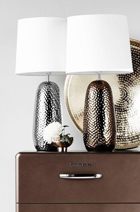 Victor bordslampa i keramik med hamrad yta från Mio.