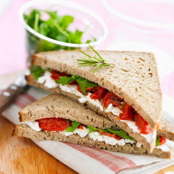 Découvrez la recette Club sandwich tomate, feta et roquette sur cuisineactuelle.fr.