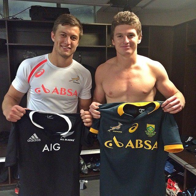 The next generation of epic fly-halves, Beauden Barrett of NZ and Handre Pollard of RSA swap shirts.
