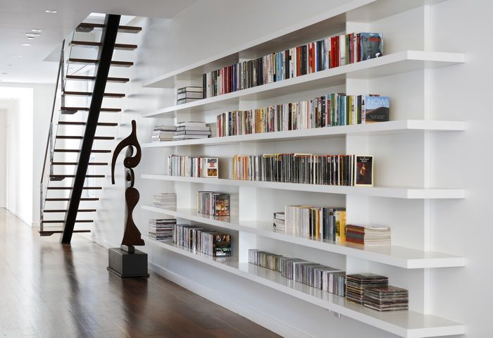 Prachtige boekenkast! Heel licht van design, verkleint de ruimte nauwelijks en toch kunnen er veel boeken op.